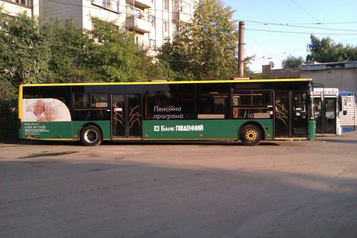 Реклама на автобусі у Львові
